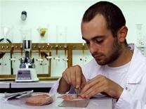 <p>Химик Института Луи Пастера в Брюсселе делает химический анализ образца салями 9 августа 199 года. Соединенные Штаты сталкиваются не только с масштабным отзывом машин из-за проблем с качеством: производитель мясопродуктов с Род- Айленда решил отозвать салями. REUTERS/STR New</p>