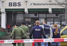 <p>Немецкая полиция идет в сторону училища в Людвигсхафене-на-Рейне 18 февраля 2010 года. Один человек погиб в результате нападения на училище в немецком городке Людвигсхафен-на-Рейне на юго-западе страны, сообщил представитель полиции в четверг. REUTERS/Horst Welke</p>