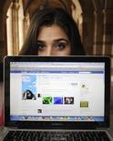 <p>Imagen de archivo de una usuaria de la red social Facebook, mostrando su perfil en Los Angeles. Enero 26 2010. La red social Facebook elevó la edad mínima de sus usuarios en España desde los 13 hasta los 14 años, en respuesta a una petición de la Agencia Española de Protección de Datos (AEPD) que el jueves divulgó la información. REUTERS/Phil McCarten/archivo</p>