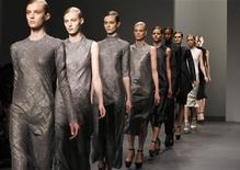 """<p>Модели представляют коллекцию осень-зима 2010 Calvin Klein на Неделе моды в Нью-Йорке 18 февраля 2010 года. Неделя моды в Нью-Йорке - место, где рождаются новые тренды. Последние тенденции показывают - чтобы оставаться в мейнстриме, вам потребуется максимально """"позеленеть"""", то есть начать заботиться об окружающей среде. REUTERS/Jessica Rinaldi</p>"""