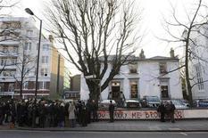 <p>Pessoas se aglomeram em frente ao estúdio Abbey Road, em Londres. O local de gravação foi classificado na terça-feira como sítio histórico, visando preservação do santuário da música pop. 17/02/2010 REUTERS/Jas Lehal</p>