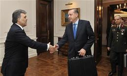 """<p>Президент Турции Абдулла Гюль (слева) привестствует премьер-министра Тайипа Эрдогана (в центре) и главу вооруженных сил Илкера Басбуга в президентском дворце в Анкаре 25 февраля 2010 года. Премьер-министр Турции Тайип Эрдоган сообщил в четверг, что его встреча с главой вооруженных сил и президентом страны, на которой обсуждался вопрос противостояния между военными и правительством, прошла """"очень хорошо"""", сообщило телевидение. REUTERS/Murat Cetinmuhurdar/Presidential Palace Press Office/Handout</p>"""