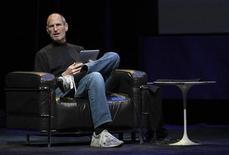<p>Steve Jobs, avec un iPad en janvier dernier. L'énorme trésorerie d'Apple lui assure une flexibilité et une sécurité accrue, a déclaré le directeur général du groupe, lors de l'assemblée générale annuelle. /Photo prise le 27 janvier 2010/REUTERS/Kimberly White</p>