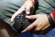 <p>Imagen de archivo de un niño jugando en la consola de video juegos 'Playstation', en una exhibición de Gamescom. Agosto 22 2009. Las revistas de desnudos deberían advertir la edad a la que se pueden leer y los vídeos musicales con poses sexuales no deberían aparecer en televisión hasta tarde en la noche para ayudar a combatir la sexualización de los niños, dijo un informe del Gobierno británico. El texto publicado el viernes señaló también que las consolas de videojuegos y los teléfonos móviles deberían venderse con controles ya instalados para los padres, y que se debería crear una plataforma online para que la opinión pública exprese sus preocupaciones sobre mercadotecnia irresponsable. REUTERS/Ina FAssbender/archivo</p>