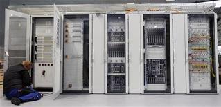 <p>Le chiffre d'affaires des ventes mondiales de serveurs informatiques a chuté au quatrième trimestre, rapportent les cabinets d'études IDC et Gartner, ce dernier anticipant cependant un retour à la croissance cette année. /Photo d'archives/REUTERS/Hannibal Hanschke</p>
