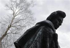 <p>Памятник польскому композитору Фредерику Шопену в Желязова-Воле, где родился музыкант 1 марта 2010 года. Возможно, многим покажется странным выбор Уолл-стрит в качестве площадки для празднования 200-летия со дня рождения романтического композитора Фредерика Шопена. Однако именно в главном финансовом районе Нью-Йорка состоится 200-часовой концерт различных пианистов, который продлится всю неделю. REUTERS/Kacper Pempel</p>