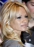 """<p>Atriz Pamela Anderson visita a fundação para os direitos dos animais da atriz Brigitte Bardot em Paris em 2008. Junto com o ex-astronauta Buzz Aldrin, foi escolhida na segunda-feira para participar do programa de TV """"Dancing With The Stars"""". 14/02/2008 REUTERS/Charles Platiau</p>"""