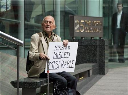 David Randall from Bournemouth sits outside the Financial Services Authority offices in London's Canary Wharf financial district September 15, 2009. Randall, who lost 25,000 pounds ($41,224) in the collapse of Lehman Brothers, was protesting about being sold high risk financial products. REUTERS/Kevin Coombs