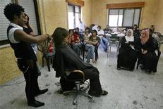<p>Британский парикмахер стрижет палестинок в салоне в Вифлееме, 2 июля 2007 года. Исламистская группировка ХАМАС запретила мужчинам работать в женских парикмахерских в Секторе Газа, призвав арестовывать и судить нарушителей нового правила. REUTERS/Ammar Awad</p>