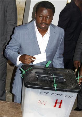Togo's President Faure Gnassingbe casts his ballot in the capital Lome, March 4, 2010. REUTRES/Noel Kokou Tadegnon