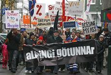 """<p>Manifestantes marcham pelo centro da cidade em protesto contra o referendo do governo islandês, em Reykjavik, 6 de março de 2010. Os islandeses votaram neste sábado um referendo sobre um acordo de cinco bilhões de dólares para devolver empréstimos anglo-holandeses, e se espera que um retumbante """"não"""" atrase a ajuda do exterio. REUTERS/Bob Strong</p>"""