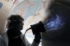 <p>Restaurador usa luz ultravioleta para expor detalhes de pintura de Giotto na capela Peruzzi na igreja Santa Croce, em Florença. Com a técnica, restauradores redescobriram magníficos detalhes originais das pinturas, que tinham ficado ocultos durante séculos. 25/02/2010 REUTERS/Alessandro Bianchi</p>