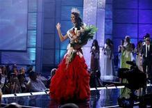 """<p>Imagen de archivo de la Miss Universo 2009, la venezolana Stefania Fernández, en el escenario del certamen Miss Universo 2009, en las Bahamas. Agosto 23 2009. Puede que Miss America este buscando nuevo hogar televisivo, pero el canal estadounidense NBC dijo el lunes que renovó el contrato con Donald Trump y la organización Miss Universo para transmitir """"Miss Universo"""" y """"Miss EEUU"""" por tres años más desde el 2011. REUTERS/Lucas Jackson/ARCHIVO</p>"""
