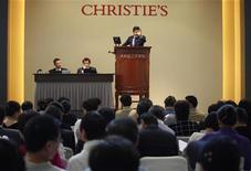 <p>Imagen de archivo de una subasta Christie's, en una venta de otoño en el Centro de Exhibiciones y Convenciones de Hong Kong. Dic 1 2009. Christie's ofrecerá una colección de arte privada valorada en más de 150 millones de dólares en mayo, dijo el miércoles la casa de subastas sobre un lote que incluye un Picasso cuyo precio se estima entre 70 y 90 millones de dólares. REUTERS/Tyrone Siu/ARCHIVO</p>