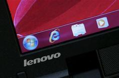 <p>Imagen de archivo de un computador Lenovo, en una tienda de computación en Hong Kong. Nov 5 2009. Lenovo Group, la cuarta mayor marca de computadoras del mundo, dijo que espera que los ingresos y entregas crezcan más rápido que los de sus rivales en el 2010, gracias a la recuperación económica global y a un sólido desempeño en su mercado local, China. REUTERS/Bobby Yip/ARCHIVO</p>