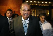 <p>Mexican tycoon Carlos Slim leaves the hotel after a conference with businessmen at the Business Summit in Monterrey, November 8, 2009. REUTERS/Tomas Bravo</p>