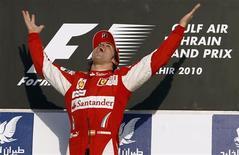 <p>Alonso comemora vitória no Bahrein. O espanhol Fernando Alonso venceu o Grande Prêmio do Bahrein neste domingo pela Ferrari.14/03/2010.REUTERS/Ahmed Jadallah</p>