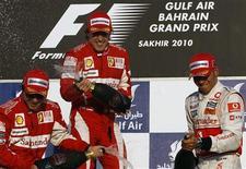 <p>Massa, Alonso e Hamilton comemoram após GP do Barein. Fernando Alonso venceu o Grande Prêmio do Barein, prova inaugural da temporada, e fez dobradinha para a Ferrari com Felipe Massa neste domingo -- uma estreia de sonho para a equipe italiana.14/03/2010.REUTERS/Ahmed Jadallah</p>