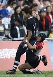 <p>Игрок японской сборной Тиками Иноуэ пытается отобрать мяч у китаянки Гуань Циши во время финального матча регби-7 на Восточноазиатских Играх в Гонконге 6 декабря 2009 года. Японская женская сборная по регби на Олимпиаде 2016 года может быть составлена из опасной смеси мастеров боевых искусств. REUTERS/Bobby Yip</p>