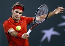 <p>Roger Federer da Suiça rebate jogada do romeno Victor Hanescu durante jogo do torneio de Indian Wells. O tricampeão Federer sobreviveu a um susto no segundo set, mas venceu por 6-3, 6-7 e 6-1, na noite de domingo. 14/03/2010 REUTERS/Danny Moloshok</p>