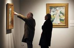 <p>Potential bidders examine paintings to be auctioned at Christie's in New York, December 1, 2009 file photo. REUTERS/Finbarr O'Reilly</p>
