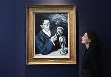 """<p>""""Retrato de Ángel Fernández de Soto (O Bebedor de Absinto)"""", de Pablo Picasso, em leilão da Christie's em Londres, 17 de março de 2010. A casa Christie's atribuiu um valor recorde a uma importante tela de Pablo Picasso pintada durante a sua celebrada """"fase azul"""", e que irá a leilão em 23 de junho em Londres. A obra deve alcançar 30-40 milhões de libras (45-60 milhões de dólares). REUTERS/Stefan Wermuth</p>"""