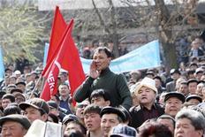 <p>Сторонники оппозиции Киргизии во время антиправительственной демонстрации в Бишкеке 17 марта 2010 года. Киргизская оппозиция выдвинула на съезде в среду ультиматум властям: до 24 марта уволить с должностей родственников президента страны, освободить политзаключенных и прекратить репрессии, угрожая новыми акциями протеста. REUTERS/Vladimir Pirogov</p>