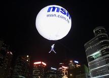 <p>Mongolfiera con logo Msn ad Hong Kong in foto d'archivio. REUTERS/Bobby Yip</p>