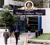 <p>Вход в здание офиса студии Metro-Goldwyn-Mayer в городе Санта-Моника, США, 13 марта 1996 года. Time Warner Inc рассматривает возможность покупки голливудской студии Metro-Goldwyn-Mayer за $1,5 миллиарда в ходе второго раунда конкурса, сообщил источник, близкий к ситуации. REUTERS/Fred Prouser</p>