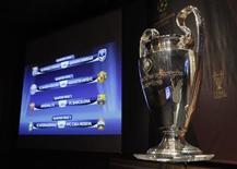 <p>O troféu e o resulto do sorteio da Liga dos Campeões. O atual campeão Barcelona enfrentará o Arsenal nas quartas-de-final da Liga dos Campeões e continua a caminho de repetir a final do ano passado contra o Manchester United, após sorteio realizado nesta sexta-feira em Nyon, na Suíça.19/03/2010.REUTERS/Denis Balibouse</p>