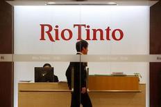 <p>Мужчина проходит мимо логотипа Rio Tinto в офисе компании в Шанхае 12 января 2010 года. Трое из четырех сотрудников горнодобывающей компании Rio Tinto, включая австралийца Стерна Ху, признались в получении взяток на слушаниях в шанхайском суде, сообщил в понедельник адвокат одного из обвиняемых. REUTERS/Aly Song</p>
