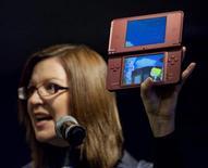 <p>O Nintendo DSi XL é exibido em San Francisco. A Nintendo planeja lançar um novo modelo de seu portátil DS com capacidade de oferecer jogabilidade em três dimensões sem o uso de óculos especiais.24/02/2010.REUTERS/Kim White/Nintendo/Handout</p>