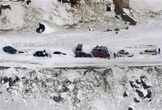 <p>Машины занесены снегом после схода лавины у туннеля Саланг в горах Гиндукуш 10 февраля 2010 года. Как минимум 35 человек погибли в результате схода лавины в провинции Бадахшан на северо-востоке Афганистане, сообщили власти во вторник. REUTERS/Omar Sobhani</p>