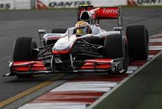 <p>Piloto da McLaren Lewis Hamilton durante treino livre desta sexta-feira para o GP da Austrália de F1 em Melbourne. 26/03/2010. REUTERS/Mark Horsburgh</p>