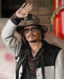 """<p>Ator Johnny Depp acena durante evento promocional de """"Alice no País das Maravilhas"""" em Tóquio. A versão 3D do filme, criada pelo diretor Tim Burton, encerrou o primeiro trimestre no primeiro lugar pelo quarto fim de semana consecutivo. 22/03/2010 REUTERS/Toru Hanai</p>"""