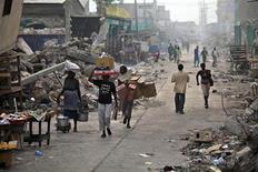 <p>Люди в разрушенном землетрясением Порт-о-Пренсе 16 марта 2010 года. Пострадавший от землетрясения Гаити надеется договориться о финансовой помощи в размере $4 миллиардов. REUTERS/Eduardo Munoz</p>