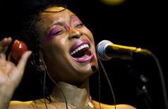 <p>Cantora soul americana Erykah Badu se apresenta no 42o festival de Jazz em Montreux. Badu provocou comoção com um vídeo musical no qual ela tira toda a roupa em público no local do assassinato do presidente John F. Kennedy e cai ao chão, como se tivesse levado um tiro. 04/06/2010 REUTERS/Valentin Flauraud</p>