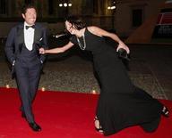 <p>Matteo Marzotto con la modella Mariacarla Boscono, foto d'archivio. REUTERS/Alessandro Garofalo</p>