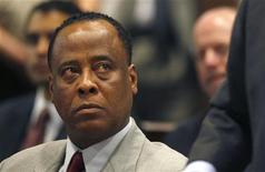 <p>Conrad Murray, médico do falecido Michael Jackson, participa em audiência de divisão do Tribunal Superior de Los Angeles.Os advogados do médico, acusado de matar involuntariamente o cantor em junho de 2009, protocolaram na quinta-feira documentos judiciais para tentar manter o registro profissional dele na Califórnia. 08/02/2010 REUTERS/Mark Boster/Arquivo</p>