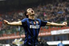 <p>Thiago Motta, do Inter de Milão, comemora seu gol contra o Bologna. O brasileiro marcou duas vezes e ajudou a Inter de Milão, que jogou desfalcada, a manter uma vantagem mínima na liderança do Campeonato Italiano, após uma vitória por 3 a 0 neste sábado. 03/04/2010 REUTERS/Alessandro Garofalo</p>