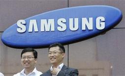 <p>Imagen de archivo del personas caminando frente al logo de la surcoreana Samsung Electronics Co, en Seúl. Jul 24 2009. El gigante tecnológico surcoreano Samsung Electronics Co Ltd dijo el lunes que aún tiene que tomar una decisión acerca de ampliar su inversión en chips de memoria, después de que un periódico informara que el presidente del grupo discutió el tema con la compañía. REUTERS/Choi Bu-Seok/ARCHIVO</p>