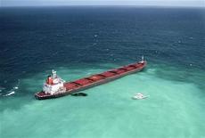 <p>Топливо вытекает из корабля Shen Neng I, севшего на мель на Большом Барьерном рифе в водах Австралии, 4 апреля 2010 года. Китайское судно с грузом угля, севшее на мель в прошлую субботу, стало серьезной угрозой для Большого Барьерного рифа из-за утечки топлива. REUTERS/Maritime Safety Queensland/Handout</p>