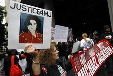 <p>Fanáticos del fallecido Rey del Pop Michael Jackson se reúnen fuera del tribunal donde se lleva a cabo el juicio contra el médico del artista, en Los Angeles. Abr 5 2010. Una corte de California asignó el lunes a un magistrado para presidir el juicio contra el médico de Michael Jackson por homicidio involuntario, en relación a la muerte del cantante pop ocurrida el año pasado. REUTERS/Mario Anzuoni</p>