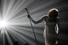 """<p>Imagen de archivo de la cantante estadounidense Whitney Houston, terminando su presentación de """"I Didn't Know My Own Strength"""" en los American Music Awards, en Los Angeles. Nov 22 2009. La diva estadounidense del pop Whitney Houston postergó tres fechas más en su gira europea luego de sufrir una infección respiratoria, comunicó su sello discográfico el miércoles. REUTERS/Mario Anzuoni/ARCHIVO</p>"""