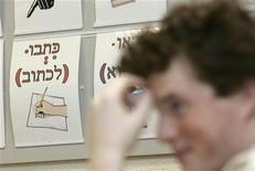 <p>Ragazzo durante una lezione di storia ebraica, foto d'archivio. REUTERS/Ints Kalnins</p>