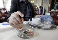 <p>Uomo che fuma in foto d'archivio. REUTERS/Herwig Prammer</p>