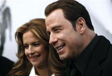 """<p>Ator John Travolta e sua esposa Kelly Preston comparecem à estreia do filme """"Dupla Implacável"""" em Nova York. O filme estreia neste final de semana em circuito nacional. 28/01/2010 REUTERS/Jessica Rinaldi</p>"""