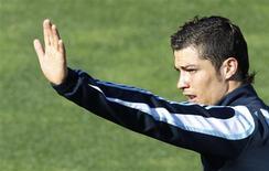 <p>Cristiano Ronaldo, do Real Madri, acena durante treino em Madri para jogo contra o Barcelona. REUTERS/Sergio Perez</p>