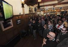 <p>Болельщики смотрят трансляцию футбольного матча в формате 3D в одном из лондонских пабов, 31 января 2010 года. Сотни тысяч человек смогут впервые наблюдать за масштабным спортивным праздником в трехмерном формате - и это будет Чемпионат мира по футболу. REUTERS/Jas Lehal</p>