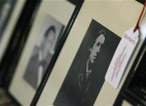 <p>A framed portrait of Oscar Wilde is seen with a lot label as it sits amongst other photographs at London's Cafe Royal December 22, 2008. REUTERS/Andrew Winning</p>